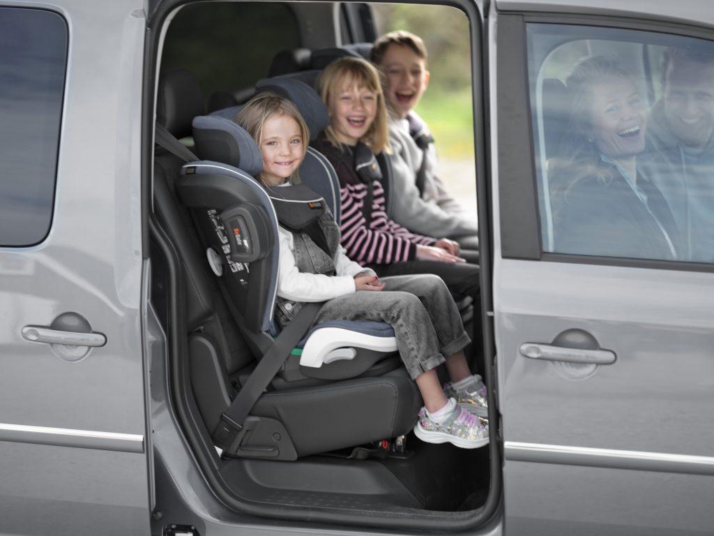 trójka dzieci w Besafe izi Flex Fix i-Size