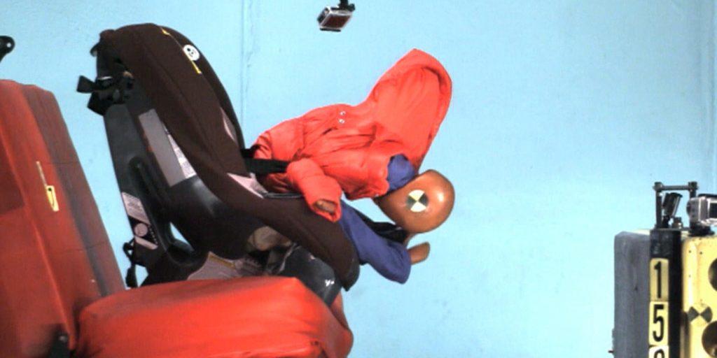 Kurtki i foteliki - ogromne niebezpieczeństwo dla dziecka. Źródło: today.com